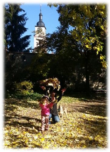 Spaß mit Herbstlaub