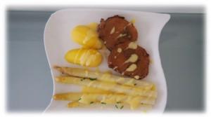 Spargel in Alufolie mit Kartoffeln und Sauce Hollandaise