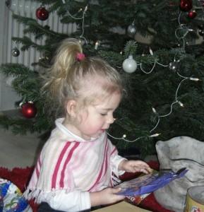 mein Gewinner-Bild: Virginia beim Geschenke-auspacken