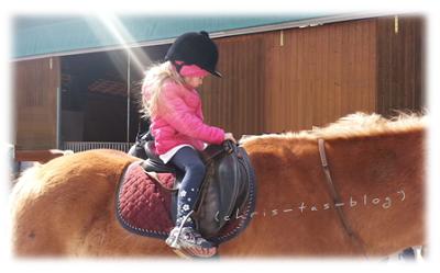 Virginia auf dem Pferd
