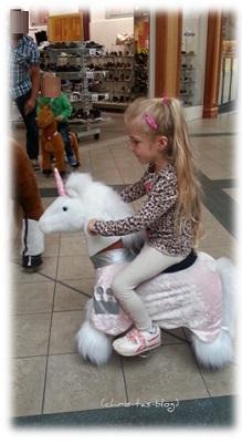 Virginia reitet auf dem rosa Einhorn