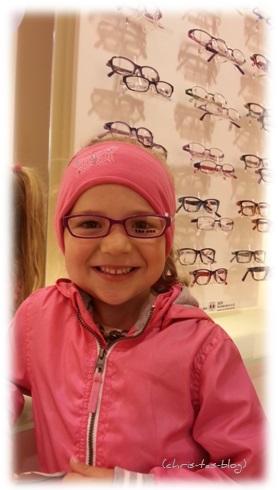 Virginia trägt Brille