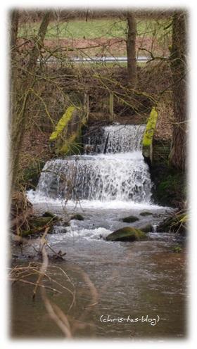 kleiner Wasserfall an der Straße