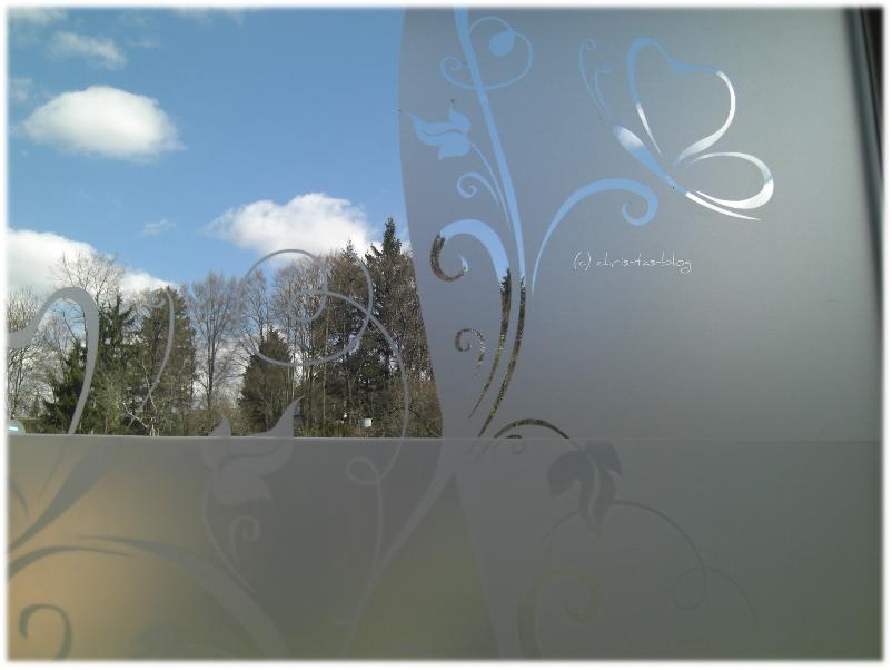 Glastattoo am Fenster angebracht