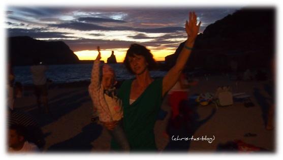 Virginia und ich am Strand Benirras