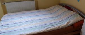 altes Bett im Dachboden