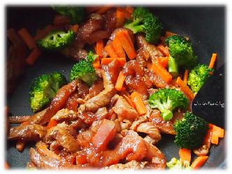 Fleisch und Gemüse in Kokosöl anbraten