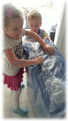 die faltbare Matratze wird ausgepackt