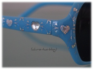 Herzen und Glitzer auf der Sonnenbrille für kleine Mädchen