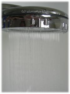 Wasserstrahl der Dusche mit Zitronenduft