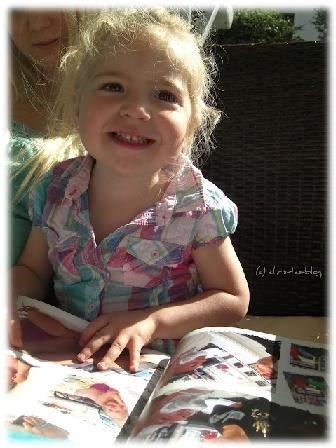 Virginia freut sich über ihr Fotobuch