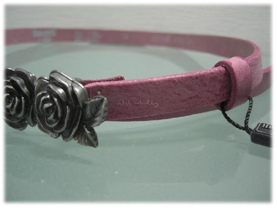Kindergürtel in rosa mit Rosenblüten im Detail