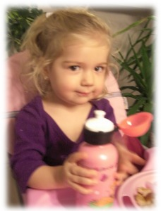 Virginia mit ihrer neuen Trinkflasche - auch für kleine Kinderhände geeignet