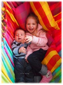 meine beiden Enkelkinder im Hängesessel
