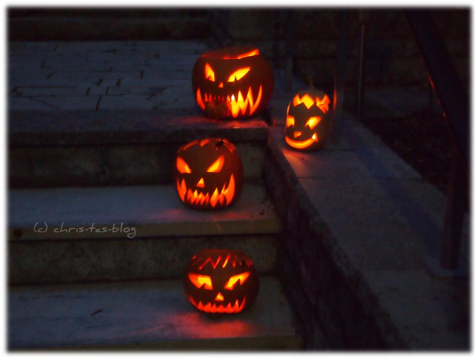 Halloween - unsere Kürbisse auf der Treppe