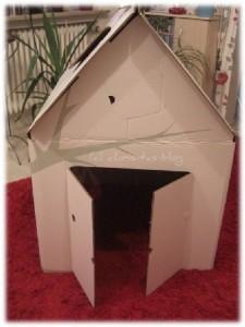 Das Spielhaus aus Pappe ist bereit