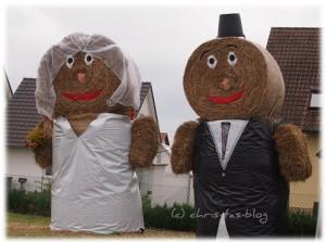 Brautpaar aus Strohballen