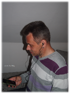 Mein Mann lauscht Rockmusik mit seinen neuen InEar Kopfhörer von Philips