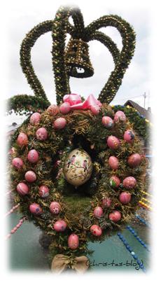 rosa Eier am Osterbrunnen