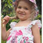 Virginia im Blumenkleid im Garten