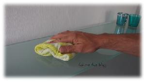 Glasregal putzen mit dem Blaues Wunder Tuch