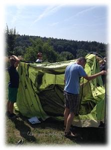 Zelt zu viert aufgebaut